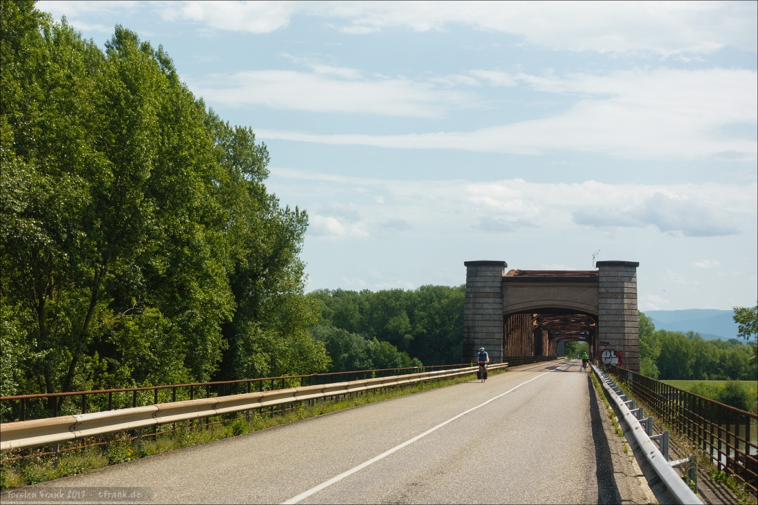 Deutschland voraus. Brücke über den Rhein vor Rastatt.