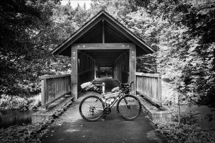 Das J.Guillem Orient vor einer überdachten Holzbrücke im Nordschwarzwald.