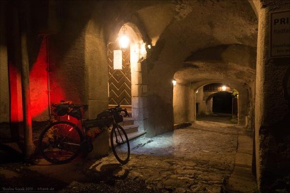 Eine Nacht im Schloss nach der Überquerung des Fernpass. Die Tür zu meinem Gemach.
