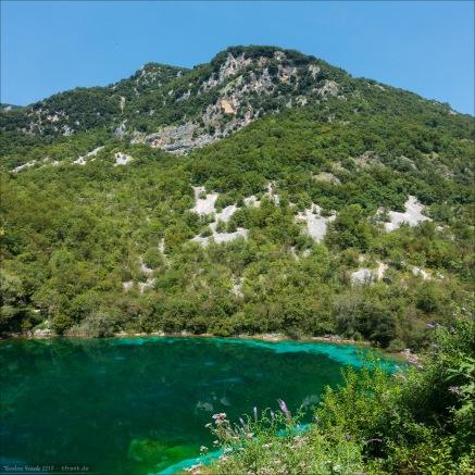 Klares, ganzjährig 8-11 Grad kaltes, nährstoffarmes Wasser und Grünalgen auf der Sohle sowie Blaualgen auf den Uferfelsen ergeben dieses Farbschauspiel. Dutzende Gänsegeier umkreisen die Felsen darüber.