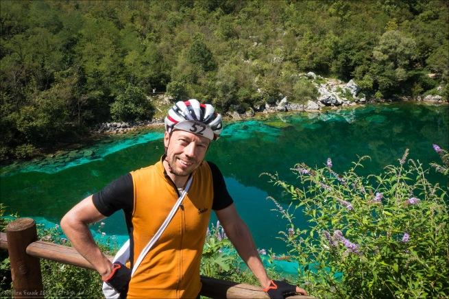 Gut gelaunt lasse ich mich durch ein älteres britisches Ehepaar am Lago di Cornino ablichten.