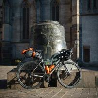 Mein J.Guillem Orient vor der Urban-Glocke. Diese Glocke, geweiht Urban I., dem Schutzpatron der Winzer wurde ursprünglich 1557 abgegossen und 1966 durch ein Feuer zerstört. Sie wurde rekonstruiert und steht heute vor dem Urban-Turm und dem Elisabeth-Dom.