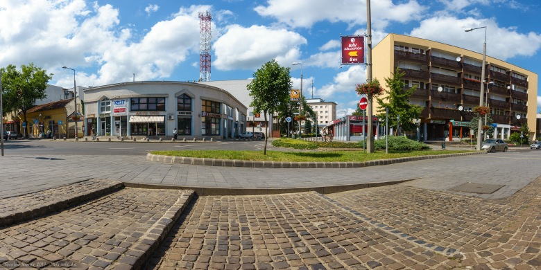 In Mateszalka. Panorama-Aussicht vor einem coop-Supermarkt.