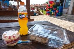 Die haben oft Picknick-Tische davor.