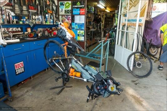 Mein Rad im Montageständer bei Sydy Bike.