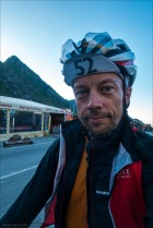 Pass erklommen - verschwitzt im kühler Bergluft im Schatten.