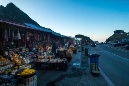 Marktbuden auf der Passhöhe mit allerlei Krams zum Essen.