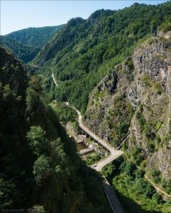 Der Blick von der 166 m hohen Staumauer auf das Tosbecken und den Unterlauf der Argeș