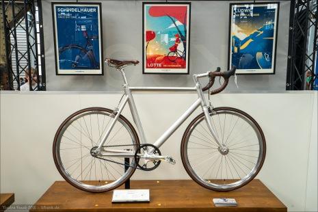 Schindelhauer machen schöne Bikes mit Riemenantrieb. Sehr schöne Konzeptionen, schöne Finishs. Das einzige, was mich persönlich immer bei den normalen Modellen stört: das Aero-Sitzrohr, dessen Form sich in der Sattelstütze überhaupt nicht wiederfindet.