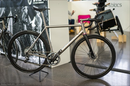 Kocmo Titan Bikes. Kocmo hatte wirklich sehr reizvolle Titanräder ausgestellt. Wie dieses hier (ein neues Modell, noch nicht auf deren Homepage verfügbar) mit rosa Chris King Steuersatz, schönem Tune Komm-Vor Sattel und schön schlichten - nicht zu hohen, aber auch nicht profan flachen - Laufrädern.