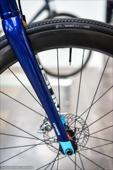 Was man so an ausgestellten Rennrädern entdecken kann: ere research ist eine neue Reifenmarke, ansässig in Baar, Schweiz. Die Reifen werden bei einem alteinsässigen taiwanesischen Hersteller gefertigt. Die Profile sahen sehr interessant aus. Hier der 30 mm breite 'Tenaci'.