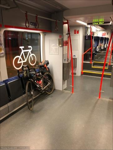 Radbereich im Zug nach Linz - sehr ok. Zwischen den Klappsitzen waren Kunststoffbänder, die man um den Rahmen legen konnte.
