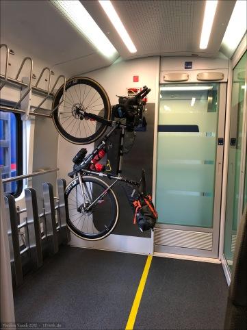 Letzter Abschnitt der Reise: von Linz nach Wien. Haken zum Aufhängen, aber besser handhabbar als im IC der Deutschen Bahn AG.