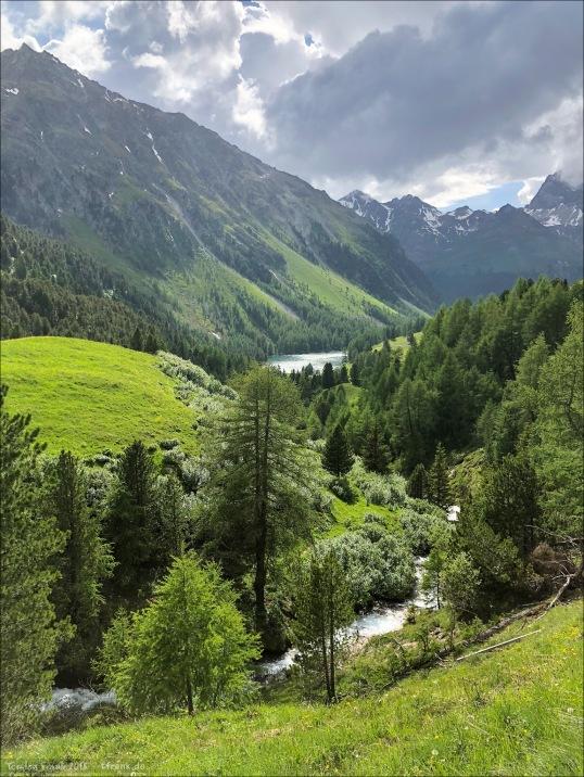 Kurz unterhalb der Passhöhe glitzert der wunderschöne Lai da Palpuogna in der Sonne.