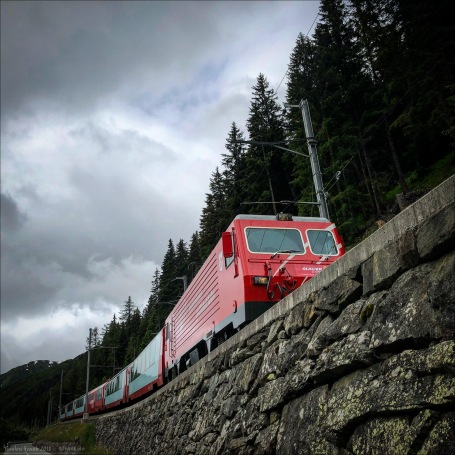 Die Rhätische Bahn mit dem Glacier-Express am Oberalp-Pass