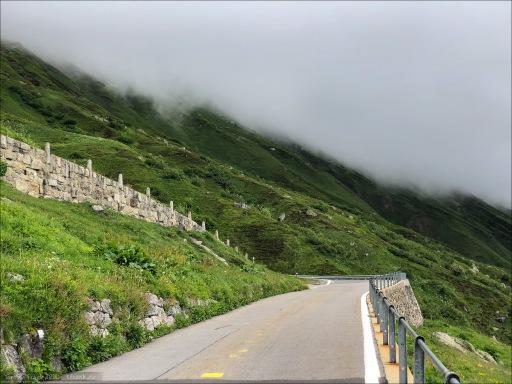 Am Beginn des Furkapass. Die Wolkenuntergrenze wartet schon.