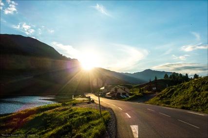 Blick zurück zur hinter den Bergrücken verschwindenden Sonne.