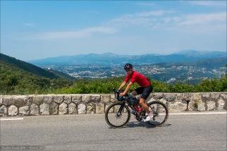 Test und Ausführen meiner frisch erstandenen Café du Cycliste Garderobe: Audax Bibshorts und Trikot am Col d'Eze mit Blick auf Nizza.