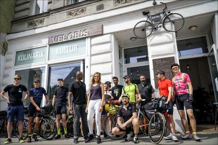 Die zuvorkommende und sympathische Crew des Velobis, Wien, mitsamt uns Startern (Foto: Adventure Bike Racing).