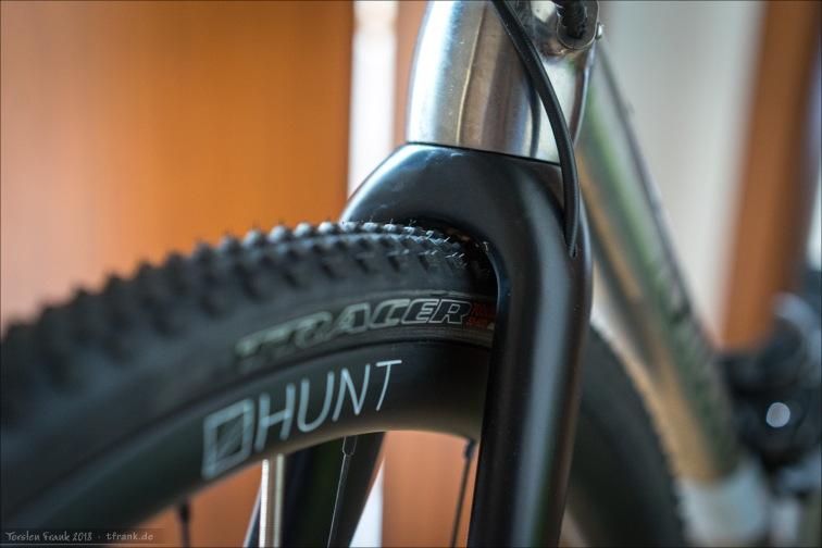 5,5 bar - Reifen dreht frei. Nur die dünnen Guss-Fortsätze auf den Stollen streifen leicht gegen die Gabelkrone. Schmutzfreiheit ist aber quasi null vorhanden.