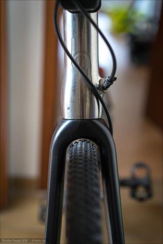 Specialized Tracer Pro 2bliss rdy mit 2,3 bar - gute Reifenfreiheit. Nichts für schlammige Trails, wo viel Matsch am Reifen hängen bleibt. Aber für trockene Bedingungen oder normal feuchte Waldwege halbwegs ok, denke ich.