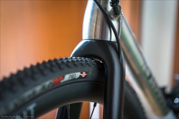 2,3 bar - gute Reifenfreiheit. Nichts für schlammige Trails, wo viel Matsch am Reifen hängen bleibt. Aber für trockene Bedingungen oder normal feuchte Waldwege ok, denke ich.