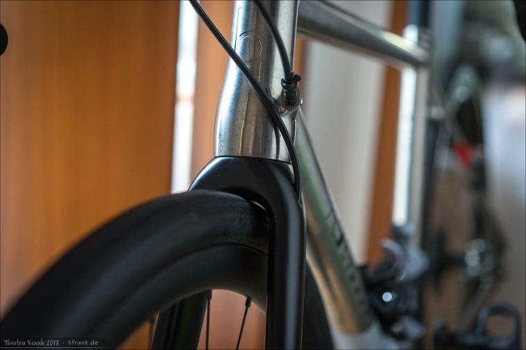 2,3 bar - So gerade eben 1 mm Abstand, so das der Reifen frei drehen kann. Nicht zu empfehlen. Geht aber auch über die Reifendimensionen hinaus, die für das Rad angegeben sind (32 - max 34 mm)